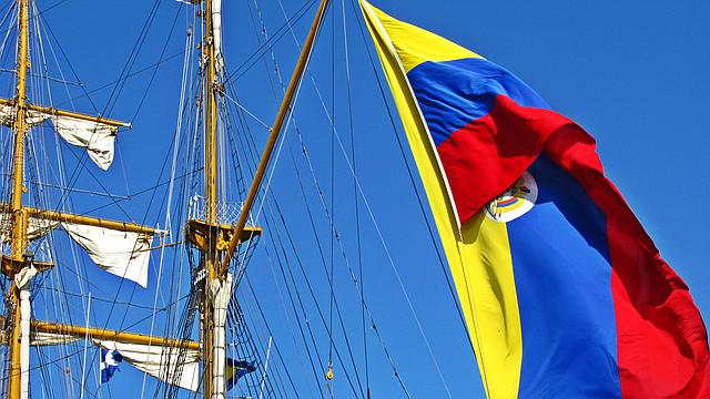 Bandera colombiana en el buque esquela Gloria