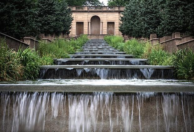 Una característica hermosa del agua de la cascada en el Meridian Hill Park en Washington del noroeste trabaja, pero la fuente de arriba esta vacía.