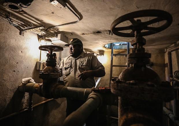 Anthony Truesdale, mecánico de mantenimiento del Servicio de Parques Nacionales, trabaja en la fontanería debajo de la fuente de Bolívar.