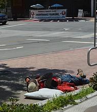 Aunque el calor se resiente en la actual época de verano, el fenómeno de las personas durmiendo en las calles es creciente, día a día. Foto: Horacio Rentería/El Latino San Diego.