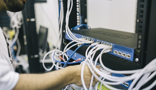 Microsoft anunció el jueves que está buscando llevar conexión banda ancha a millones de estadounidenses en zonas rurales dentro de los próximos cinco años, a través del espectro televisivo que hasta ahora no está siendo utilizado.
