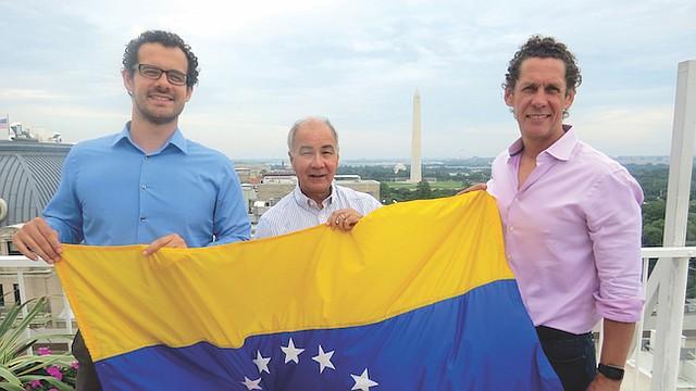 JUNTOS. Los activistas venezolanos Francisco Márquez, Carlos Madriz y Gonzalo Pacanins, el martes 11 de julio de 2017 en la terraza del edificio donde funcionan las oficinas de El Tiempo Latino en Washington, DC.