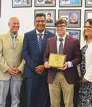 Xavier Serena, cuarto de Izq. a Der., recibió un reconocimiento por su labor como representante estudiantil.