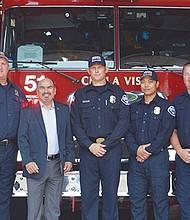 De izquierda a derecha: el jefe de Bomberos, Jim Geering, Ray Smith, el Concejal Mike Díaz, Jim Gorman, Jonas Jusa, Andy Matthews y el jefe de Batallón, Darrel Roberts en frente de la nueva unidad, la número 4 de la corporación. Foto: Horacio Rentería/El Latino San Diego.