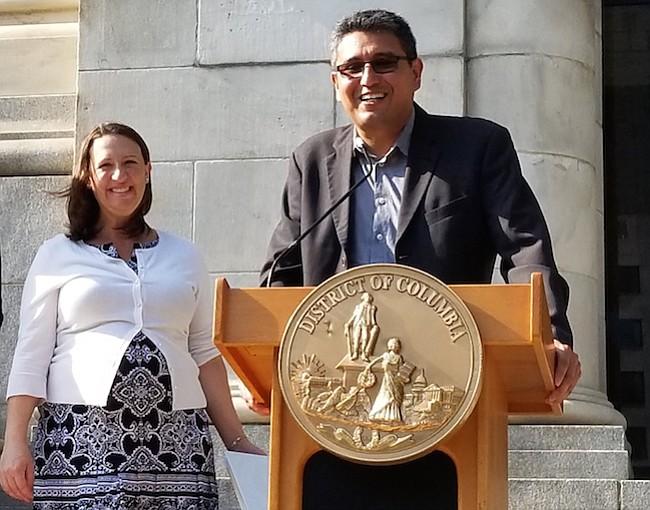 DEFENSORES. La Concejal Brianne Nadeau y Abel Núñez de CARECEN trabajan de la mano en pro de los inmigrantes.