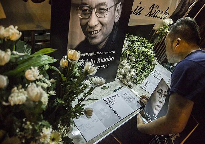 Berlín insiste se permita salir de China a la viuda y al hermano de Liu