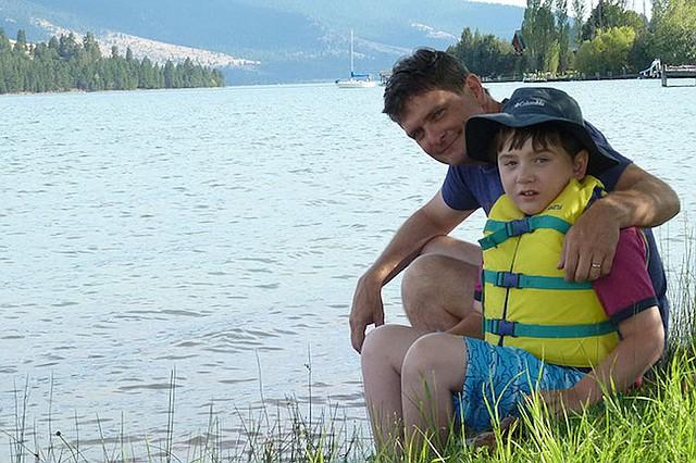 Ben Long, de Kalispell, Montana, se preocupa porque su hijo Aidan, quien sufre de graves convulsiones, podría quedar sin cobertura del Medicaid si los republicanos en el Senado aprueban la propuesta para reemplazar la ley de salud.