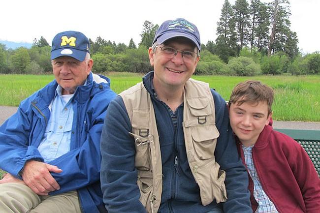 Aidan Long, de 13 años, quien está cubierto por el Medicaid debido a sus graves ataques casi diarios, disfruta de la pesca con su padre, Ben Long, cerca de su casa en Kalispell, Montana. (Foto familiar)