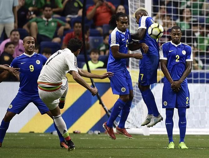 Aunque pasó invicta a los cuartos de final de la Copa de Oro, México no termina de convencer