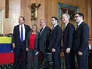 Julio Henríquez (der.) junto a panelistas y congresistas