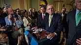 El senador republicano por Kentucky Mitch McConnell ofrece declaraciones luego de que sus colegas republicanos del Senado rechazaron la propuesta de revocar el programa de salud gubernamental conocido como Obamacare antes de ser reemplazado, martes 18 de julio de 2017, en Washington (EE.UU.).