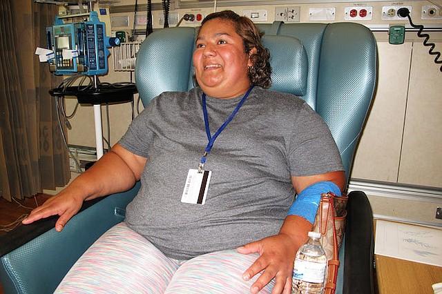 Brenda Aldana, de 34 años, durante su cita mensual en el Clinical Center de los NIH, en junio, en la que recibe medicación intravenosa para tratar su artritis. Aldana fue diagnosticada con lupus hace nueve años y participa de un estudio médico.