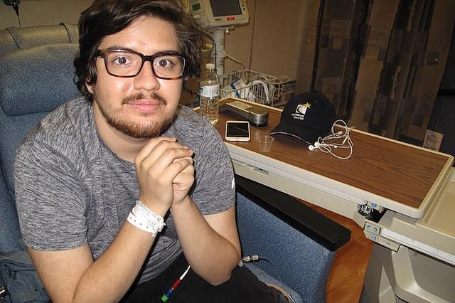 John Vasquez, de 21 años, de San Antonio, Texas, tiene una grave condición de la sangre. Está viviendo temporalmente en Maryland, esperando su trasplante de médula ósea, programado para el 1 de agosto. Vasquez se contactó el mismo con médicos del NIH. Buscó la información por internet.