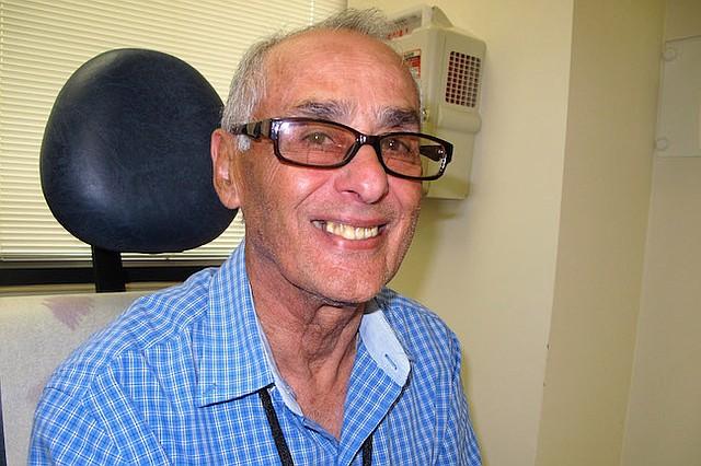 Luis Antonio Cabrera, de 70 años, durante una cita en el Clinical Center de los NIH, en Bethesda, Maryland, en junio.  Dos décadas atrás, le dijeron que le quedaban tres meses de vida por un cáncer de riñón. Lo inscribieron en un estudio médico que le salvó la vida.