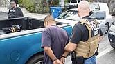 ICE detienen a los hombres y mujeres indocumentados en las calles.