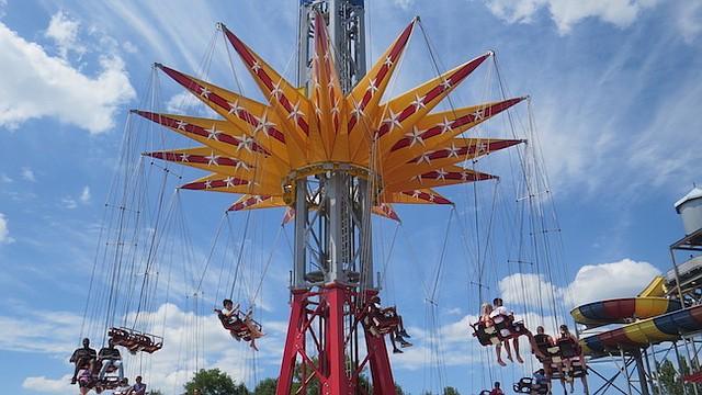 TORRE. Wonder Woman es la más moderna atracción mecánica en Six Flags America.