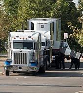El camión estaba estacionado en un gran almacen y no le funcionaba el aire acondicionado