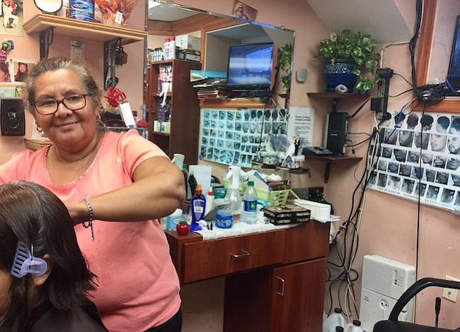 Música, fútbol, y un corte de pelo:  En Columbia Heights Francisca alegra la vida de sus clientes