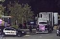 La policía encontró un camión el 22 de julio cerca de un Walmart en San Antonio que contenía 38 personas sospechosas de cruzar la frontera ilegalmente. Ocho de las personas murieron en la escena, y una murió más tarde en un hospital.