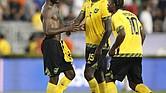 Kemar Lawrence (izq.) de Jamaica, y sus compañeros Je-Vaughn Watson (centro) y Darren Mattocks celebran después del partido que ganaron a México el domingo 23 en el Rose Bowl de Pasadena, California.