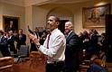El presidente Barack Obama, el vicepresidente Joe Biden y el personal de alto nivel, reaccionan en la sala Roosevelt de la Casa Blanca, mientras la Cámara aprueba el proyecto de ley de reforma de la atención médica, 21 de marzo de 2010.
