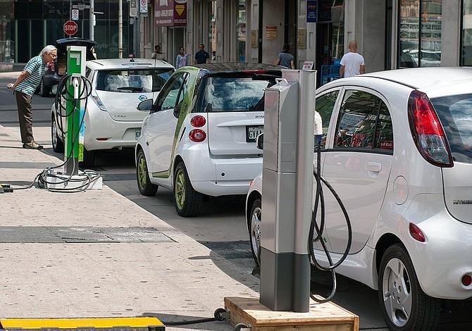 Reino Unido prohibirá autos no eléctricos antes de 2040