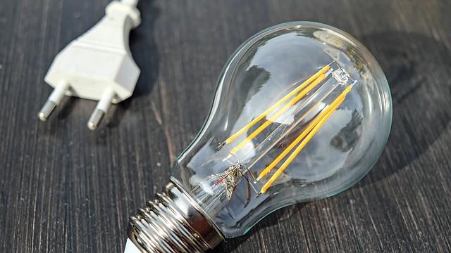 Si tus lámparas utilizan bombillos incandescentes, apagar la luz al salir de la habitación te ahorrará un gasto energético innecesario