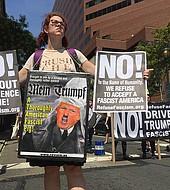 """El fiscal general Jeff Sessions vino a Filadelfia el pasado 21 de julio y le pidió que desista de las políticas """"santuario"""". Fue recibido con copiosas y diversas protestas."""