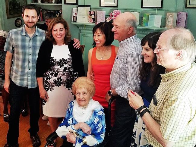 100 años celebrados con una sonrisa que no se borró de su rostro mientras que los invitados la rodeaban