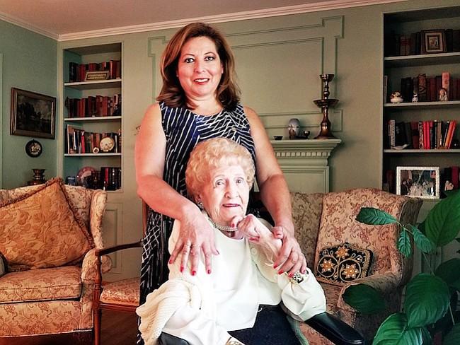 Cecilia adoptó a Thelma como su madre americana después de vivir en su casa como estudiante de intercambio