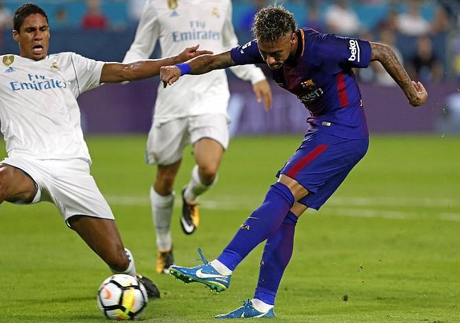 Neymar recibe consejos de figuras del fútbol mundial sobre su posible partida del Barcelona