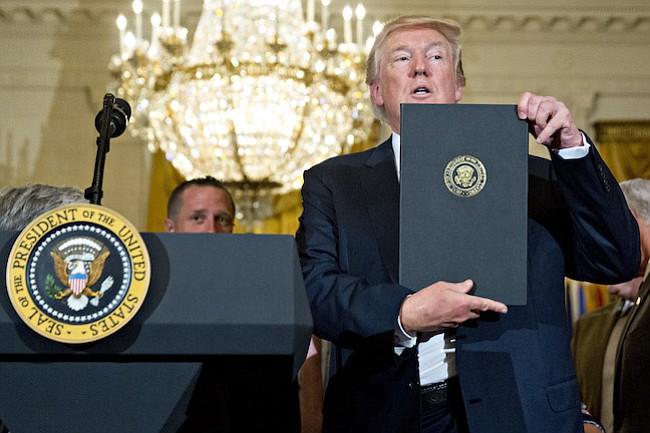 El presidente Donald Trump sostiene una proclamación de el Día de Hecho en los Estados Unidos y la Semana de Hecho en Estados Unidos en la Sala Este de la Casa Blanca en Washington el 17 de julio de 2017