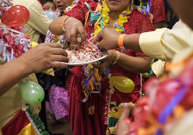 QALLU. Un grupo de amigos comparte un tradicional plato llamado Qallu que consta de tomate, cebolla y queso. Estos amigos forman parte de un grupo de música y baile, conocidos como comparsas, y tiene como nombre del grupo Los Renegados. En cada fiesta de carnaval, cada comparsa presenta su baile y realizan pareados en Quechua/español para la competencia de pareados.