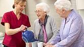 La gran mayoría de los adultos mayores reciben atención a largo plazo en sus casas, no en hogares. Pero pocas personas planean con anticipación para enfrentar este gasto.