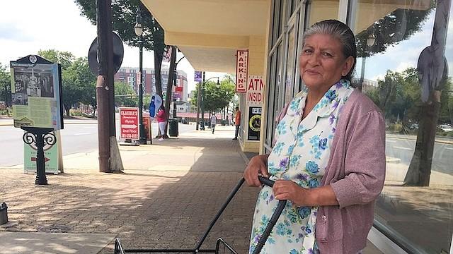 DEDICACIÓN. Thelma Barrios con su carreta y bolsa llena de deliciosos tamales en Silver Spring, Maryland.