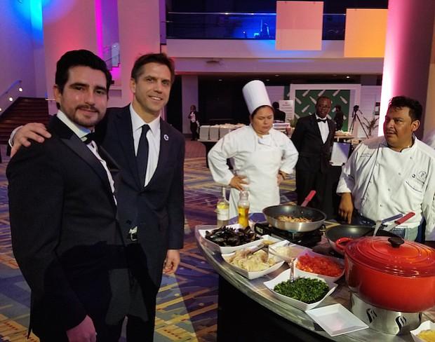PROMOCIÓN. Rodrigo Contreras, Jefe del Departamento de Economía de la Embajada de Chile y José Miguel Barros, Jefe del Comité Comercial de Patagonia Mussels, junto al equipo culinario del pabellón de Chile en los RAMMY.