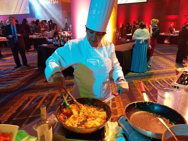 MEJILLONES. Una de las chefs de Chile preparando la base de la salsa para los mejillones.