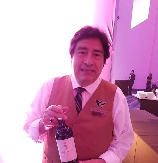 VINOS. Los vinos chilenos también estuvieron presentes. Arturo nos muestra una botella de Noble Custodio.
