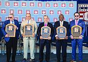 CONSAGRADOS. De izq. a der.: El ex Comisionado de Grandes Ligas, Bud Selig, Iván Rodríguez, el ejecutivo John Schuerholz, Tim Raines y Jeff Bagwell, los cinco nuevos miembros del Salón de la Fama del Béisbol en Cooperstown, New York.
