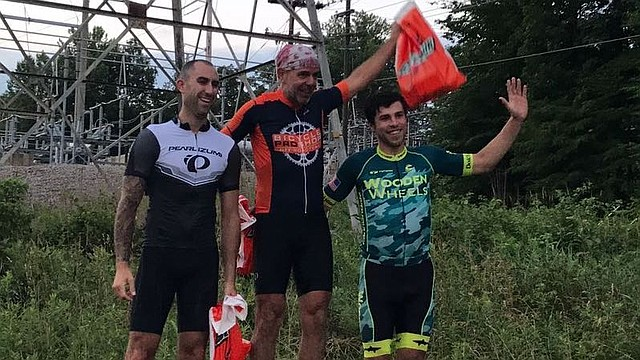 """PODIO. El ciclista colombiano Javier Díaz (centro) en lo más alto del podio en una de las cuatro pruebas de la serie de los """"Miércoles en Wakefield Park"""""""