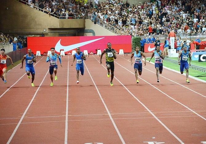 Usain Bolt sigue en marcha hacia su retiro triunfal al clasificar a la final de Londres
