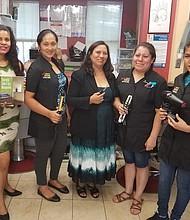 Paula Granados (centro) junto a una de sus instructoras (izquierda) y algunas de sus estudiantes