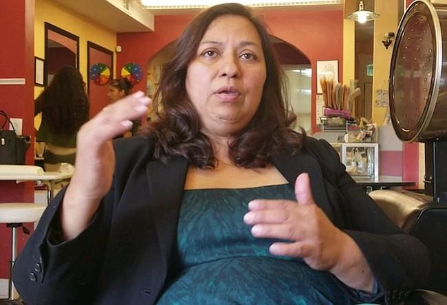 Gracias a la insistencia de Paula, aprobaron el examen en español para la licencia de barberos