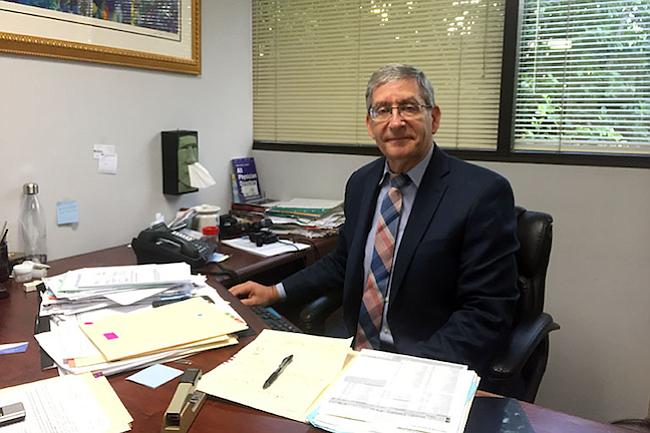 El doctor Ted Mazer, presidente electo de la California Medical Association, dice que algunos de sus pacientes atrasan pruebas y tratamientos por los deducibles y copagos altos asociados con sus planes.