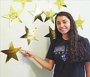 La guatemalteca Rosa Reyes llegó de su país con dificultades para hablar inglés y mejoró su forma de expresarse gracias al programa de liderazgo del Latin American Youth Center (LAYC). Hoy la joven de 19 años siente que el LAYC cambió su vida.
