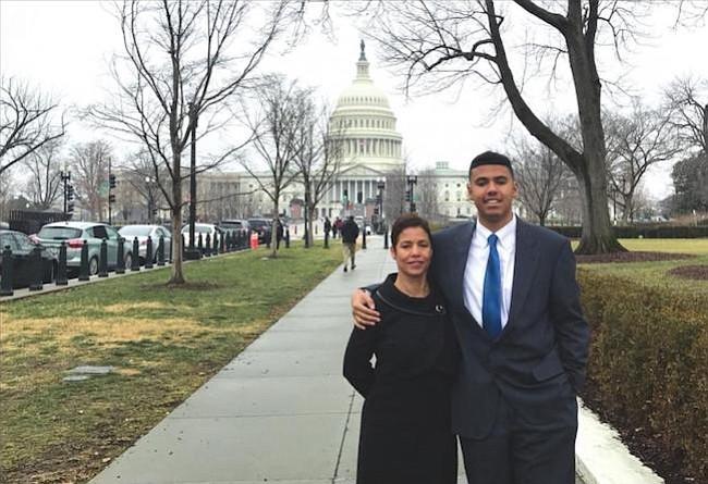 PROGRAMAS. Enrique Little con su madre Virna Santos. Enrique fue participante de CHCI en 2016 y en este verana participa en un programa de Georgetown.