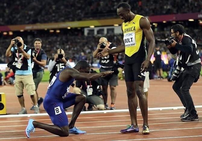 Usain Bolt no pudo finalizar su carrera con una victoria sin embargo recibió honores del ganador