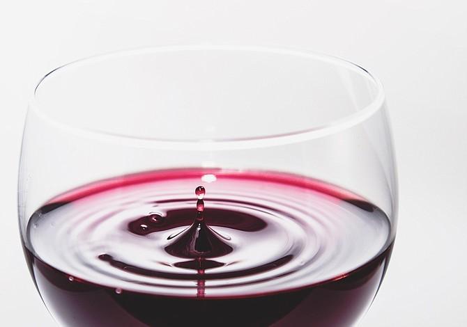 Una copa de vino tinto trae muchos beneficios...Conoce algunos de ellos