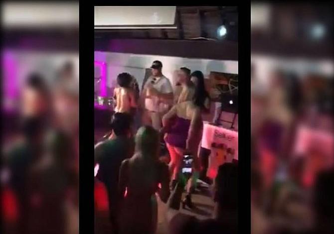 Mujeres se desnudan  por entrada para concierto en Miami