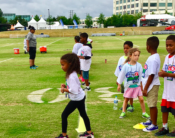 Los 'Rookies' de los Washington Redskins practican con los chicos de la comunidad